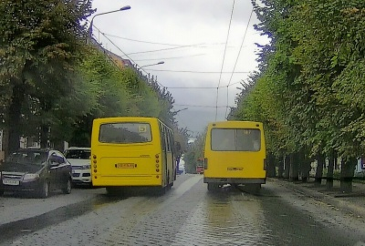 Советник мэра Черновцов стал свидетелем гонки двух маршруток. ВИДЕО