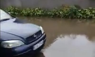 В городе на Буковине ливень подтопил улицы: люди автомобилями перевозили друг друга (ВИДЕО)