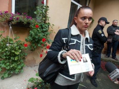 В Черновцах прежнюю сотрудницу театра с детьми выселяют из общежития (ФОТО)