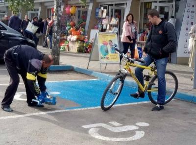 У Чернівцях за тиждень облаштували 18 місць для паркування автомобілів водіїв з інвалідністю