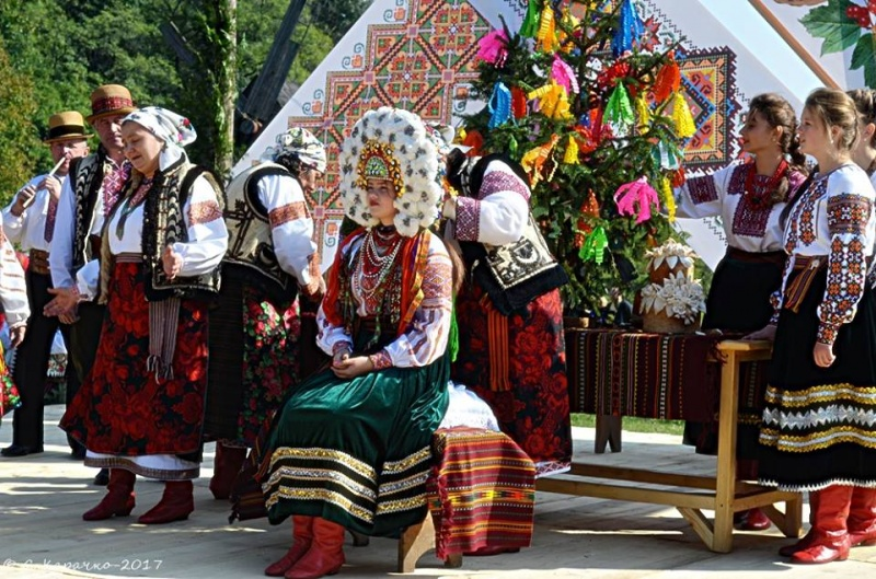 Умузеї просто неба відтворювали традиції гуцульського табессарабського весілля