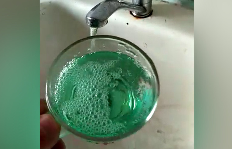 Почему вода течет из крана зеленая