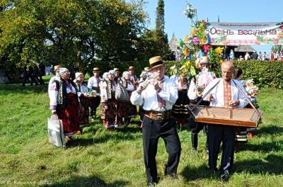Весілля по-буковинськи: у музеї просто неба фольклорні колективи демонстрували народні звичаї