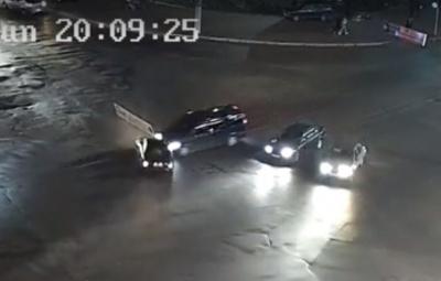 В Черновцах на перекрестке столкнулись легковушка и микроавтобус: появилось видео момента аварии