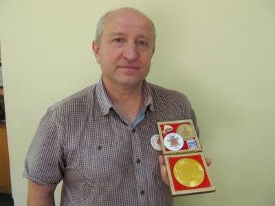 Колекціонер зібрав понад 800 значків і медалей про Чернівці (ФОТО)