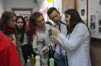 У Чернівцях студенти показали, як можна перевірити свіжість та склад продуктів (ФОТО)