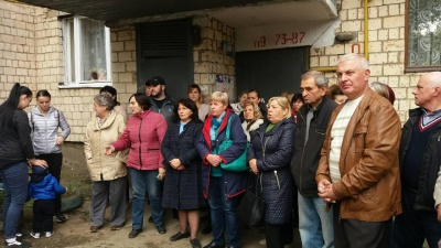 «Если бы не люди, то остались бы на улице»: в Черновцах женщину с детьми тридцатый раз выселяли из квартиры