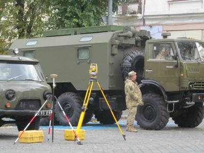 Гармати біля драмтеатру: у Чернівцях влаштували виставку військової техніки