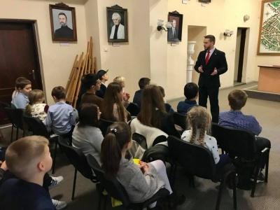 У Чернівцях депутат Бешлей розповів школярам, як він отримав стусанів від кондуктора в тролейбусі