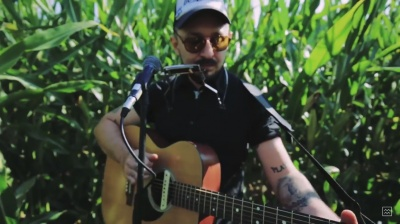 Музыкант из Черновцов записал видео своего выступления среди кукурузного поля