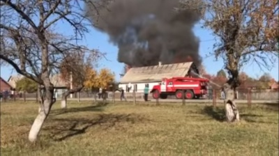 В Черновицкой области горел дом: огонь уничтожил 120 кв м жилья (ВИДЕО)