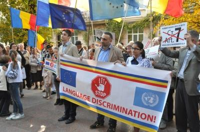 «Говорите хоть на арабском!»: Под Черновицкой ОГА на «образовательном» пикете между активистами возник спор