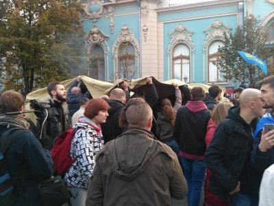 У Києві під Радою протестувальники почали встановлювати намети