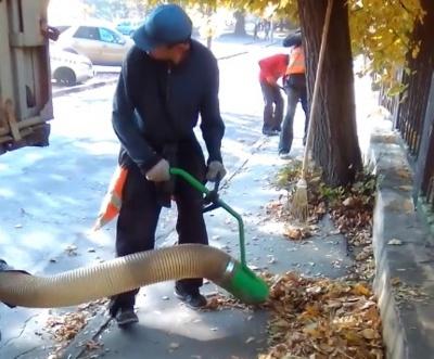 В Черновцах коммунальщики показали пылесос, которым они убирают листья с улиц (ВИДЕО)