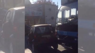 В Черновцах троллейбус столкнулся с автомобилем Smart