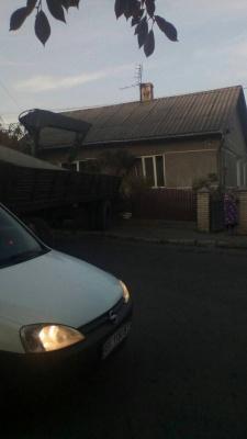 Вантажівка в'їхала в будинок у Чернівцях (ФОТО)