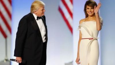 """Меланія Трамп подарувала американському музею свою розкішну """"інавгураційну"""" сукню"""