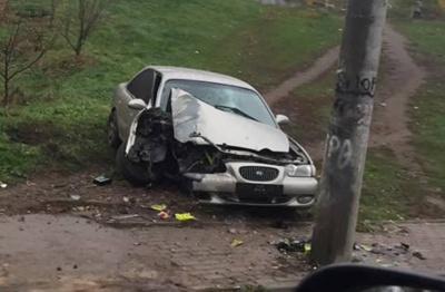 В Черновцах пьяный водитель врезался в забор и электроопору: появилось видео ДТП
