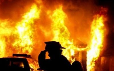 На Буковині у пожежі в гаражі ледь не згорів автомобіль