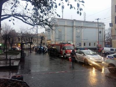 У Чернівцях перекрили частину тротуару в центрі міста через пошук вибухівки