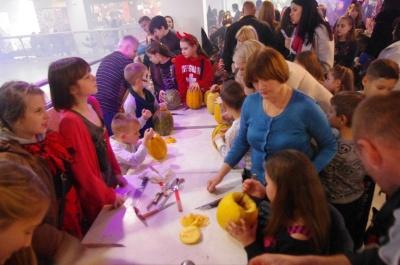 Моторошні костюми і розваги для дітей: як у Чернівцях відзначають Хелловін (ФОТО)