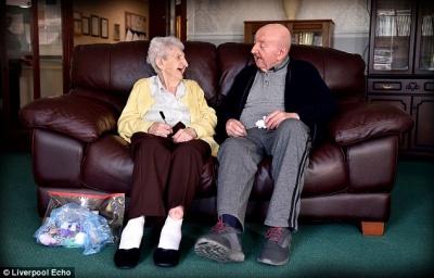 98-річна жінка переїхала в будинок престарілих, щоб доглядати за своїм 80-річним сином