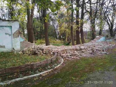 Обвалилася частина огорожі парку Резиденції в Чернівцях