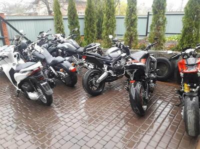 У гаражі чернівчанина знайшли 25 украдених в Європі мотоциклів (ФОТО)