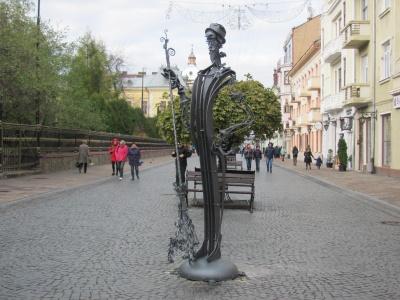 У центрі Чернівців встановили ковану скульптуру «Двірник з трояндами» (ФОТО)