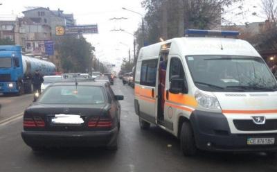 У Чернівцях пішохід потрапив під колеса іномарки: біля автовокзалу ускладнений рух транспорту