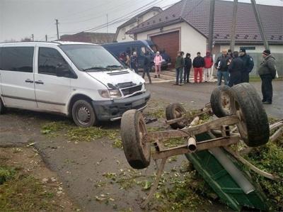 На Буковине подвода врезалась в микроавтобус: два человека госпитализированы (ФОТО)