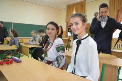 «Щоби вдосконалити знання української мови»: радіодиктант національної єдності писали в Чернівцях (ФОТО)