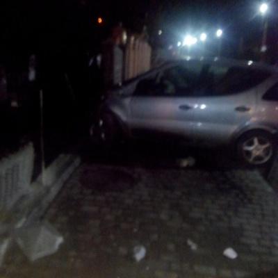 """На Буковині """"Мерседес"""" на єврономерах врізався у паркан – водій утік і напився"""