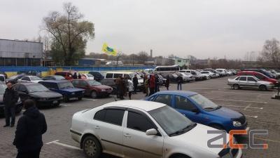 У Чернівцях група водіїв автомобілів на єврономерах пікетує приміщення митниці ДФС