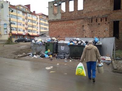 Сміттєва блокада: у Чернівцях, через акцію протесту в Садгорі, з окремих мікрорайонів не вивозять відходи