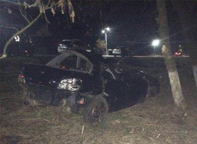 На Буковині «Субару» вилетіло з дороги і врізалось у дерево: четверо осіб госпіталізовані