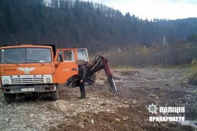 """На Косівщині затримали двох буковинців, які крали гравій екскаватором і """"КамАЗом"""""""