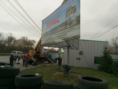У Чернівцях комунальники демонтували незаконний білборд на вулиці Винниченка