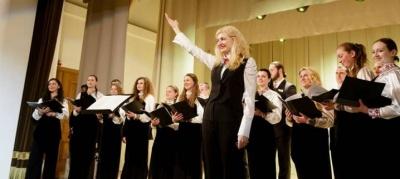 """Вистава про війну """"Фро"""" та концерт камерного хору : куди піти у Чернівцях 15 листопада"""