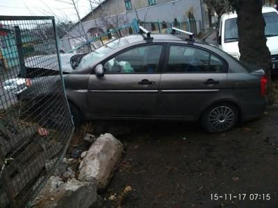 У Чернівцях автомобіль Hyundai на вулиці Чкалова врізався в огорожу: постраждали двоє пасажирок (ФОТО)