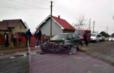 """Троє осіб постраждали у зіткненні двох """"Мерседесів"""" на Буковині"""