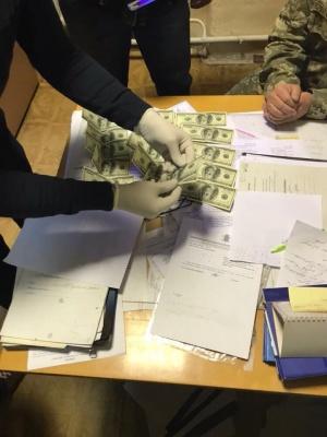 У Чернівцях на хабарі 2 тис доларів затримали заступника військового комісара