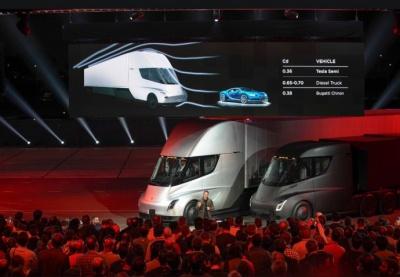 Tesla презентувала електровантажівку та спорткар