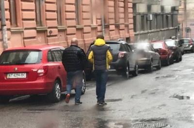 У Чернівцях ЗМІ «засікли» депутата, підозрюваного в хабарництві, у компанії з лідером «Рідного міста»