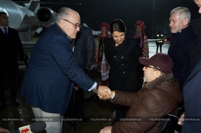 До Харкова прибув радник Трампа, його зустрів в аеропорту Геннадій Кернес