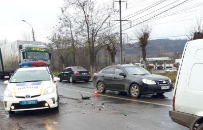 У Чернівцях на виїзді з міста зіткнулись два автомобілі: на Галицькому Шляху утворився затор (ФОТО)