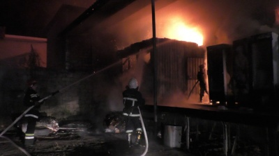 У Чернівцях цілу ніч гасили пожежу на складі (ВІДЕО)
