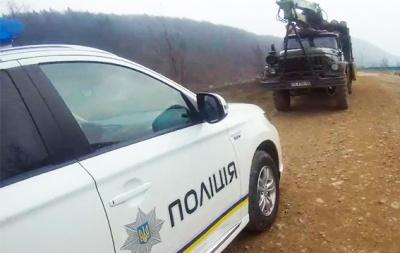 На Буковині поліція затримала водія вантажівки, що вивозив ліс за підробленими документами