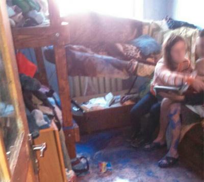 Безлад і антисанітарія. Поліція вилучила двох малолітніх дітей у п'яного подружжя чернівчан (ФОТО)
