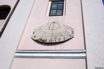 У Чернівцях сонячний годинник забрали на реставрацію